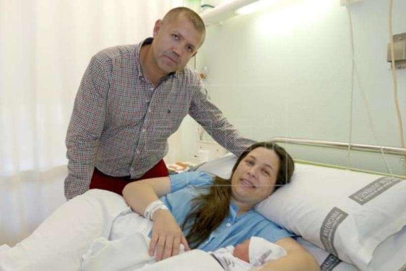 Imagen del primer niño nacido en 2019 en la provincia de Castellón, Eduardo, con sus padres de nacionalidad moldava. EFE/Archivo