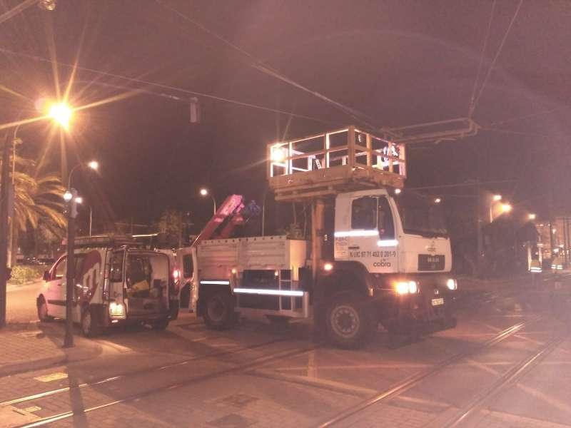 Operarios reparan la catenaria del tranvía