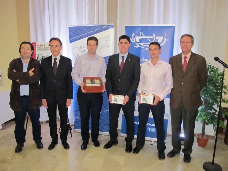Los premiados con el Decano y miembros de la Junta.
