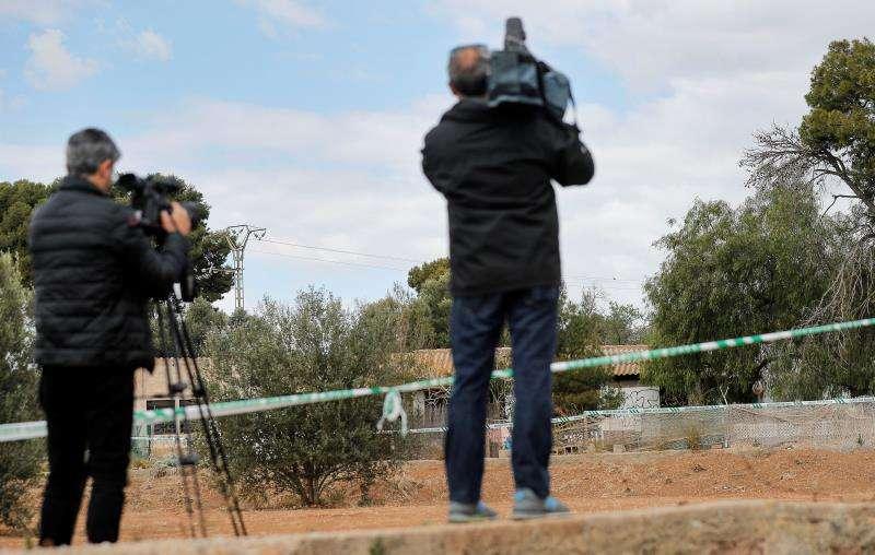 Varios periodistas graban hoy las inmediaciones de la casa donde ocurrieron los hechos. EFE