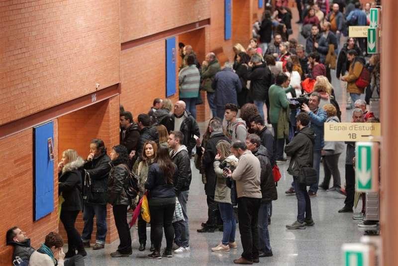 Personas esperando para realizar unas oposiciones que se celebraron en la Universitat de Valencia. EFE