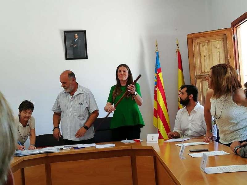 La alcaldesa de Albalat dels Tarongers, Maite Pérez, con la vara de mando en el pleno de investidura. EPDA