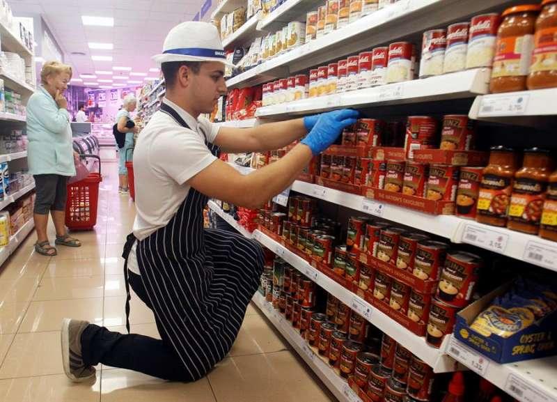 Adrián Juárez de Smartshop Supermarket,un supermercado de Ciudad Quesada en Rojales con productos tipicamente británicos.- EFE