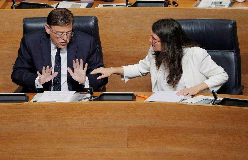 El president de la Generalitat en funciones, Ximo Puig, conversa la vicepresidenta en funciones, Mónica Oltra. EFE