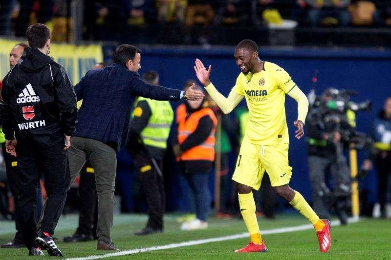 El delantero camerunés del Villarreal, Karl Toko Ekambi (d), celebra con el entrenador Javier Calleja (c) el segundo gol del equipo ante el Sevilla. EFE