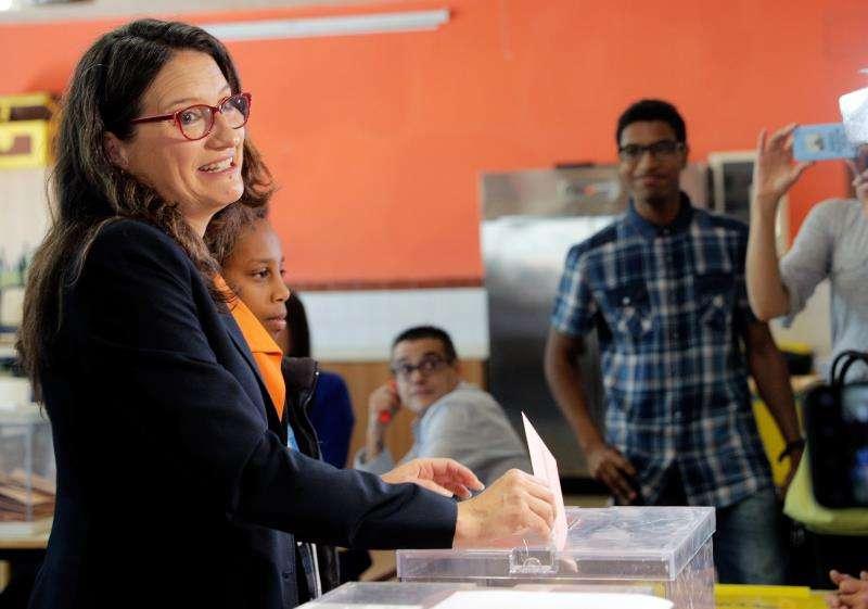 La vicepresidenta en funciones de la Generalitat, Mónica Oltra, votando en unos comicios anteriores. EFE/Archivo