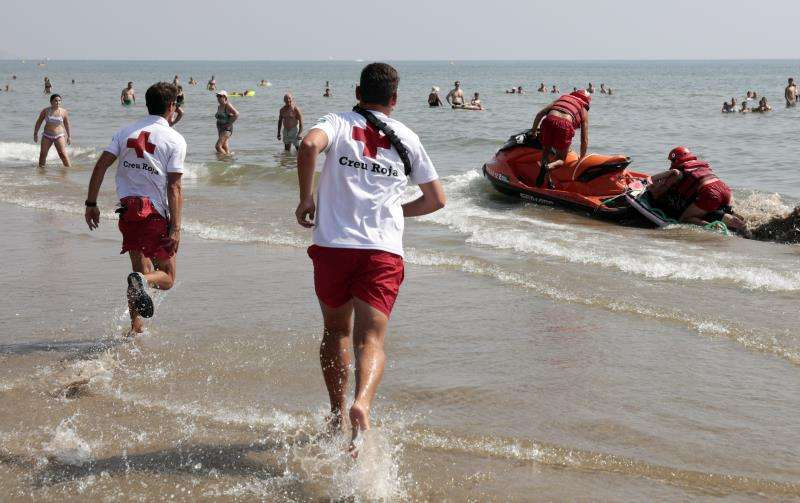 Miembros de Cruz Roja durante un ejercicio de salvamento. EFE/Archivo