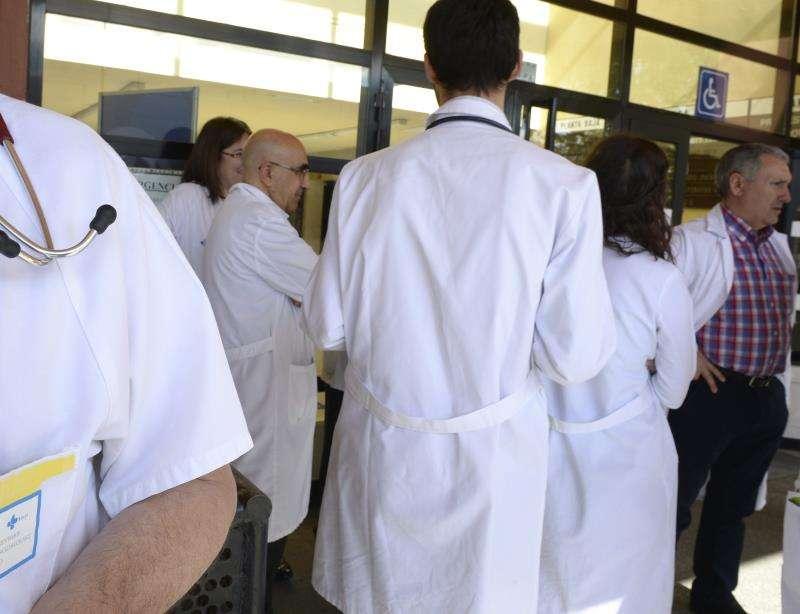 Facultativos de un hospital realizan una protesta. EFE/Archivo