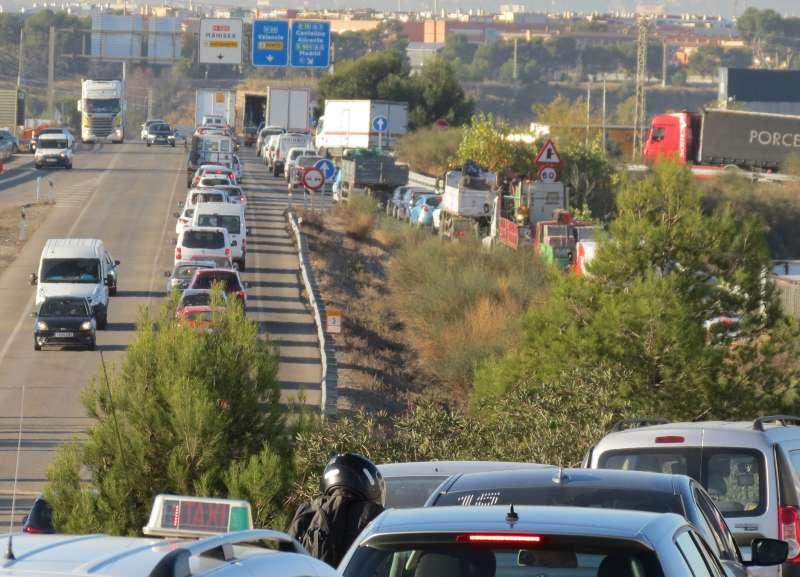 Atascos en los accesos a Fuente del Jarro. EPDA