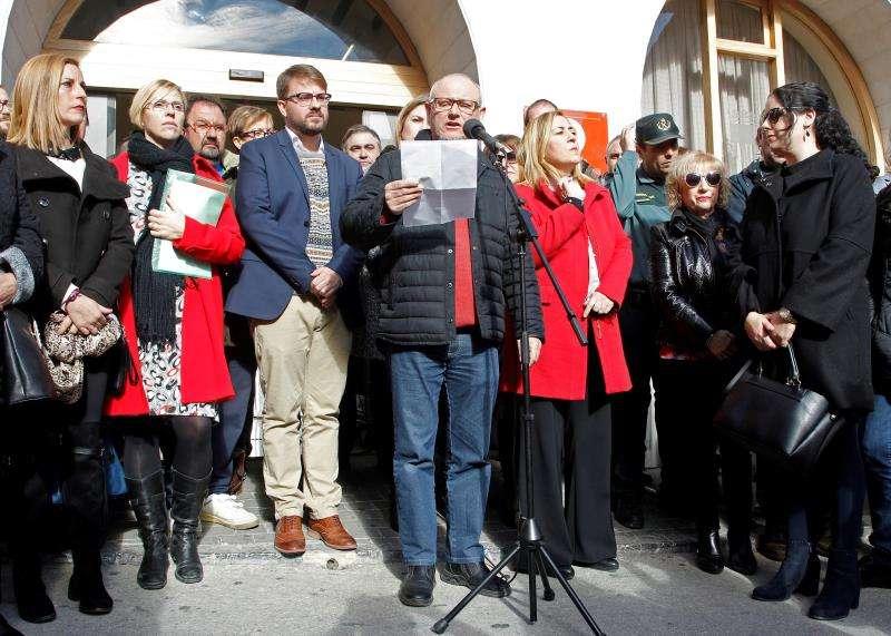 Más de trescientas personas se han concentrado hoy junto al Ayuntamiento de Callosa d?En Sarrià (Alicante) para expresar su repulsa a la supuesta agresión sexual de cuatro individuos a una joven de 19 años durante la noche de Nochevieja. EFE