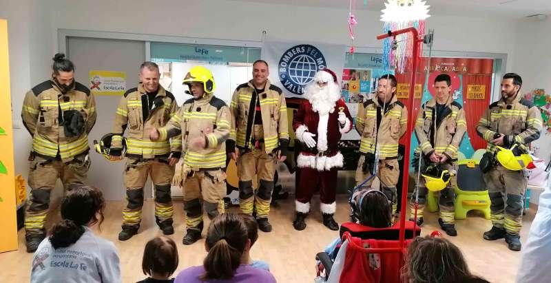 Bomberos y Papa Noel en el Hospital La Fe. - EPDA
