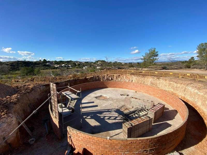 Obras en un deposito de agua regenerada.