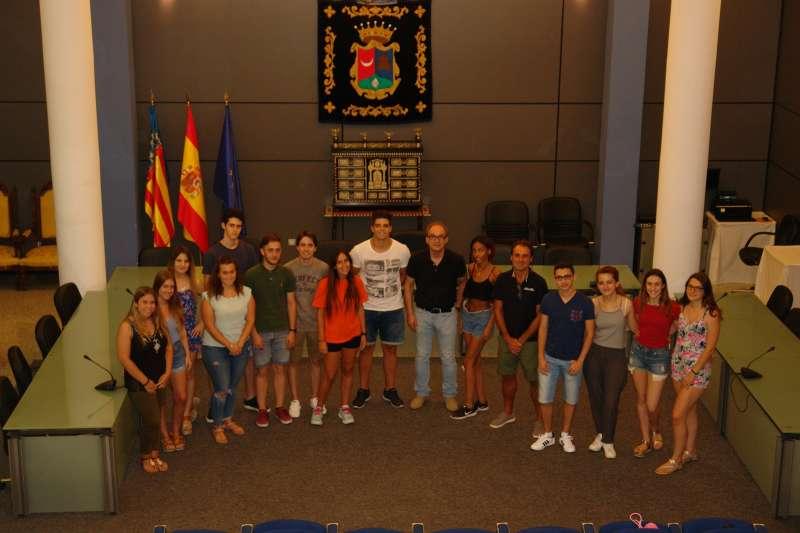El alcalde con los estudiantes de La Dipu te Beca. EPDA