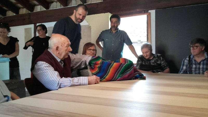 Rafael Monzó, coordinador del proyecto ?Acompañando?, realizando el taller con enfermos de alzhéimer de COTLAS. EPDA