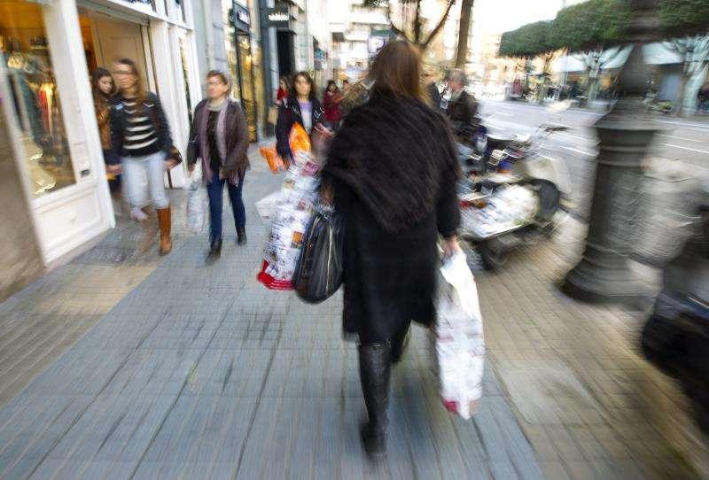Una mujer cargada con compras en una céntrica calle de València. EFE/Archivo