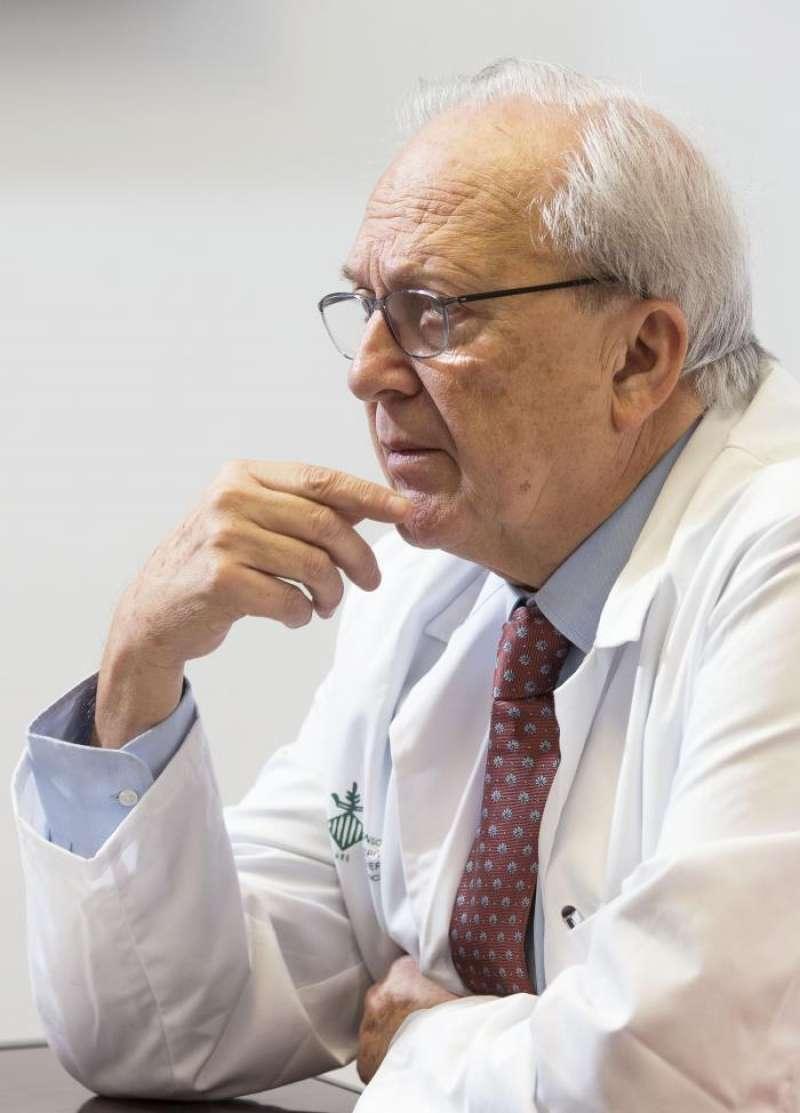 El presidente de la Asociación Española de Investigación sobre el Cáncer (Aseica) y jefe del servicio de Oncología del Hospital General de València, Carlos Camps. EFE/Archivo