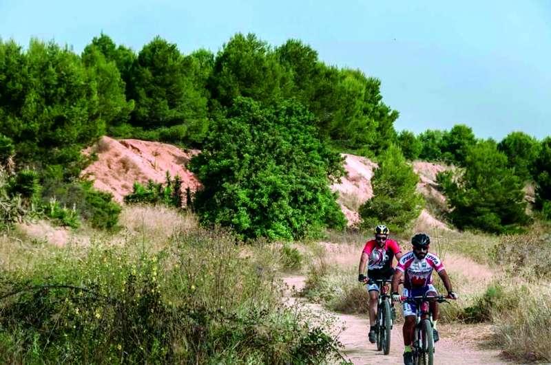 Dos ciclistas discurren por la Vía Verde Ojos Negros. EPDA