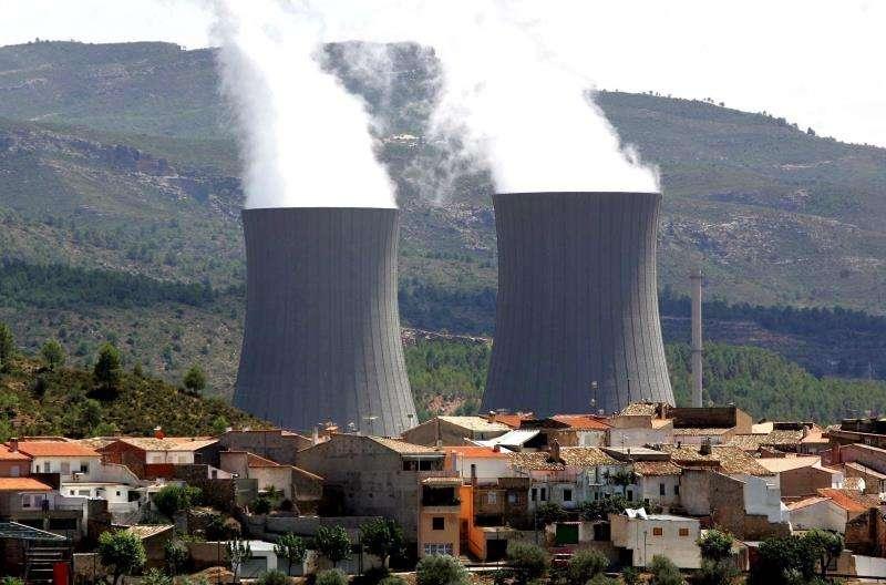 Las torres de refrigeración de la central nuclear de Cofrentes. EFE/Archivo