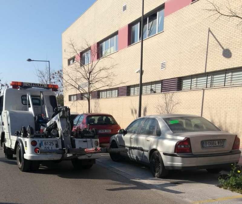 Imagen de la grúa retirando vehículos