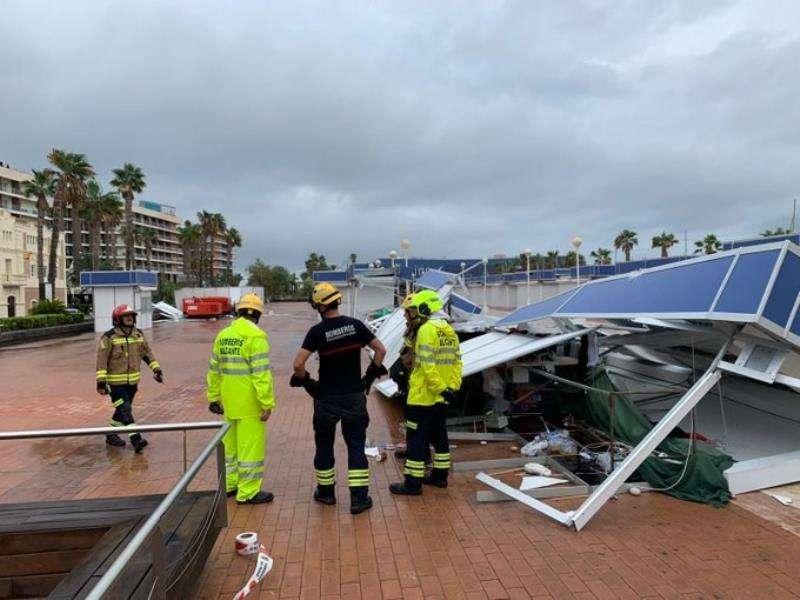 Derrumbe de casetas en la feria del paseo del puerto de Alicante. EFE