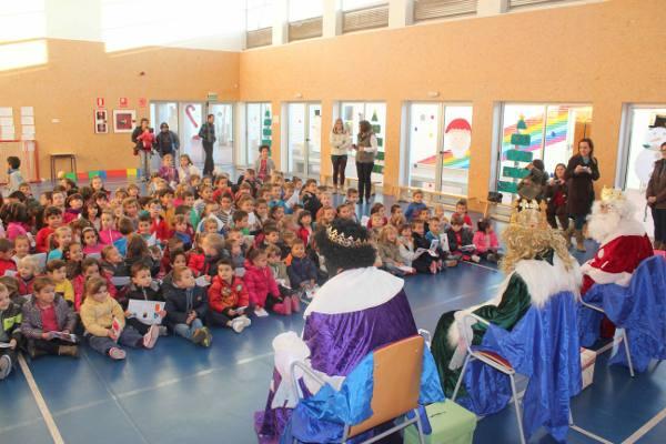 Los Reyes Magos en uno de los colegios de Ribarroja. EPDA
