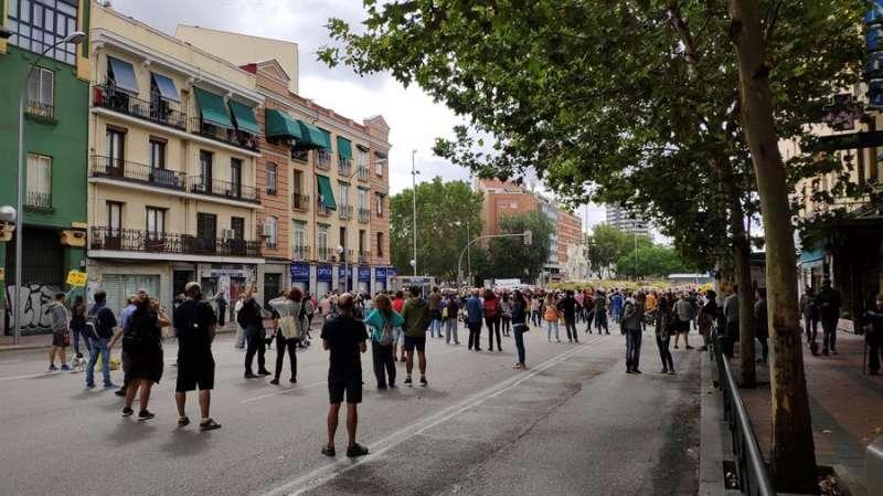 Concentración este domingo en los alrededores de la plaza de Legazpi para protestar contra las restricciones de movilidad decretadas por el Gobierno de Isabel Díaz Ayuso a partir del próximo lunes para frenar la pandemia en Madrid. EFE/ Jorge López