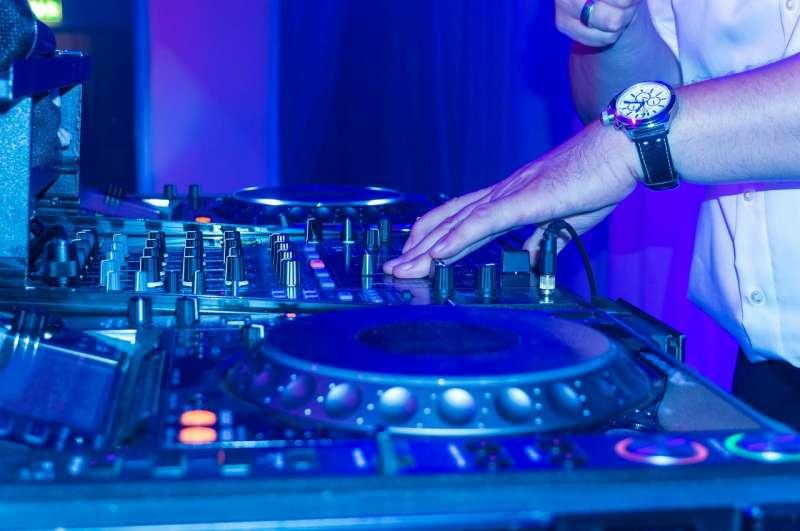 Imagen de archivo de un DJ en un local de ocio nocturno