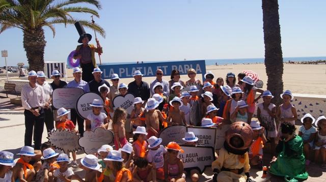 El diputado Enguix y el alcalde Peralta con los niños participantes. FOTO: DIVAL