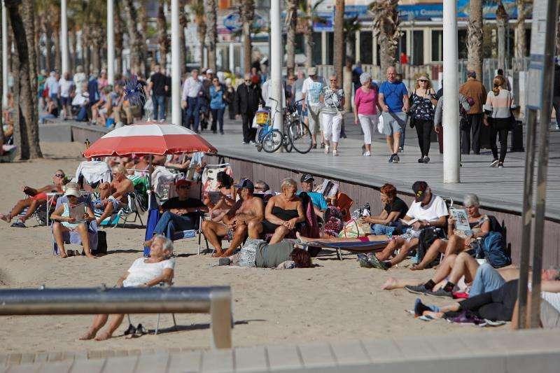 Turistas disfrutando del sol y de la playa de Benidorm. EFE/Archivo