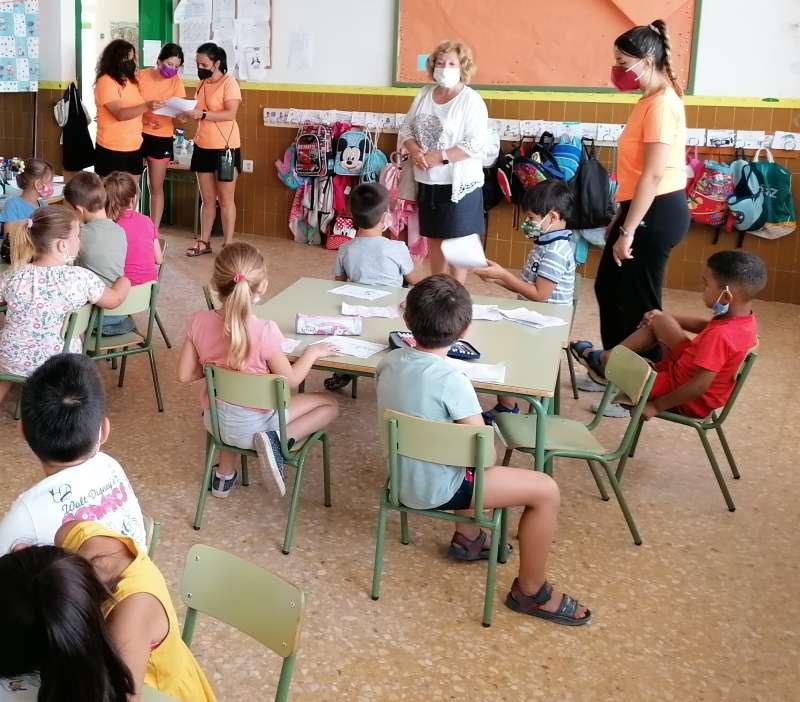 Isabel García visita a la escuela de verano