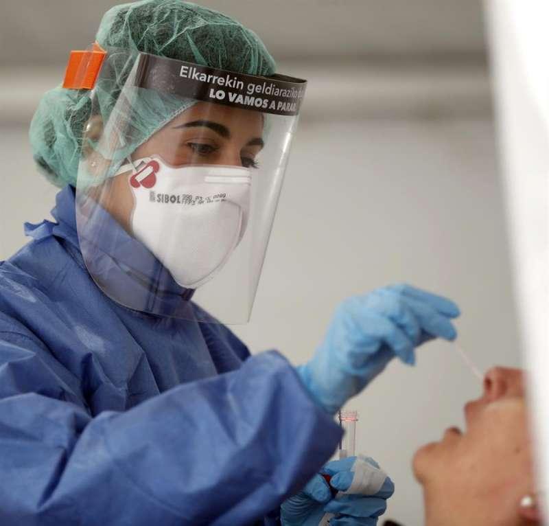 Una enfermera realiza una prueba a una sanitaria. EFE