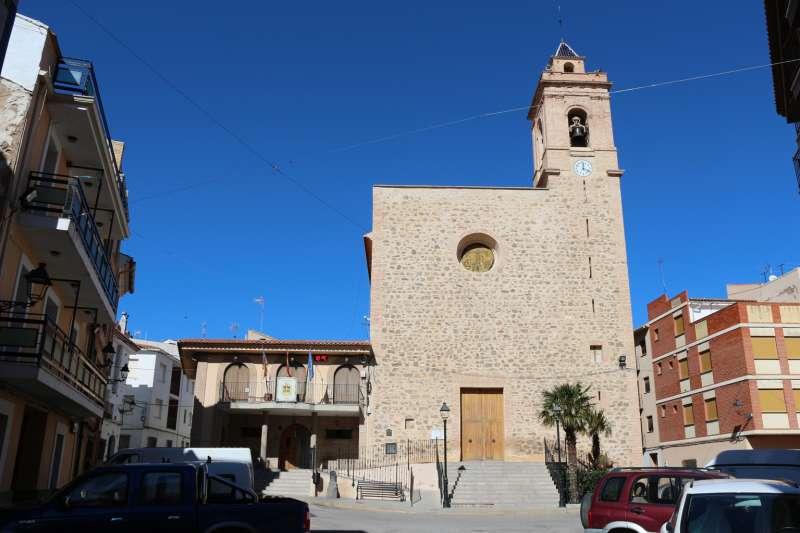 La iglesia está junto al ayuntamiento