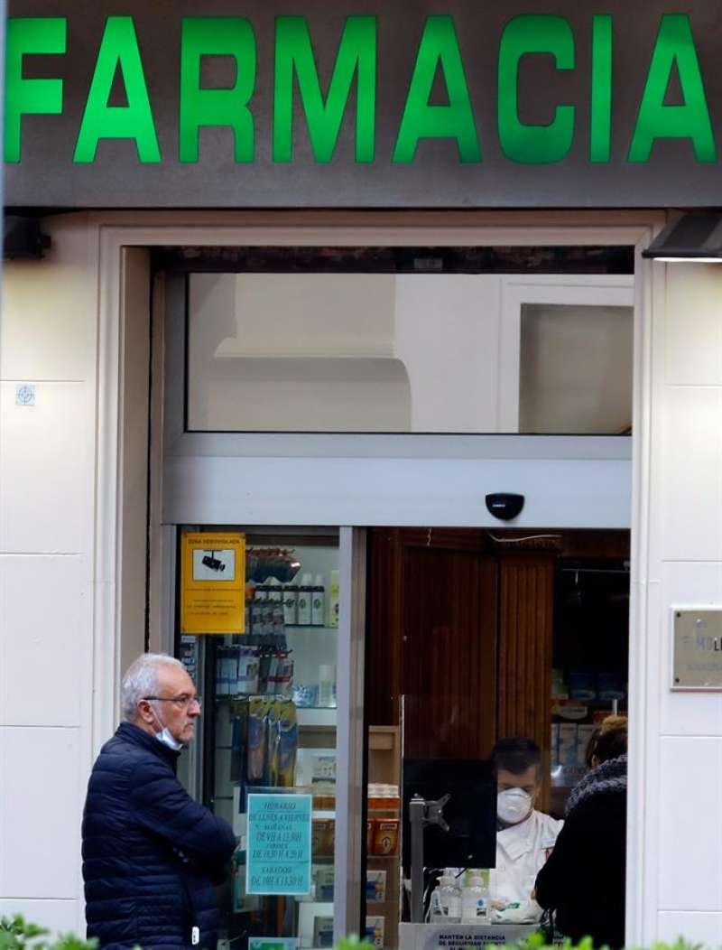 Imagen de la puerta de entrada de una farmacia en València. EFE/Juan Carlos Cárdenas/Archivo