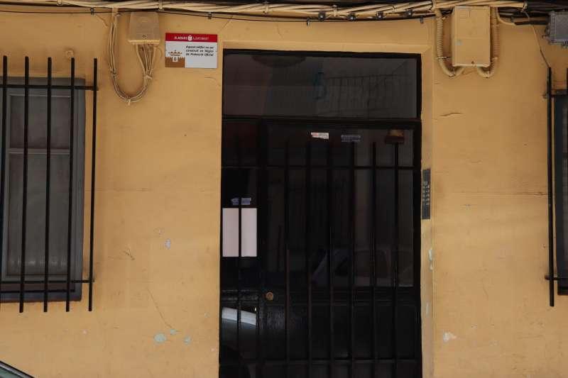 Placa junto a la puerta de acceso a viviendas