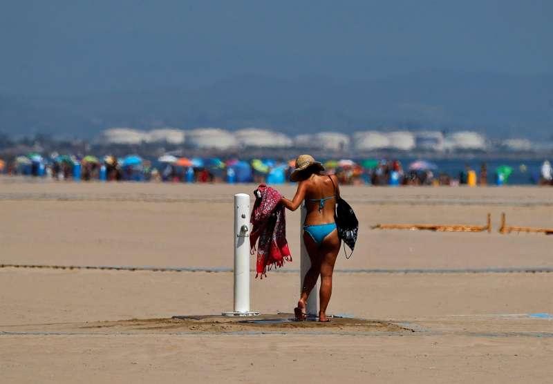 Cielo despejado en una playa valenciana. EFE/Archivo Manuel Bruque