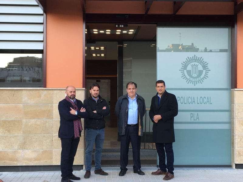 Alcalde y autoridades frente a la nueva central de la Policía Local de Alfafar. EPDA