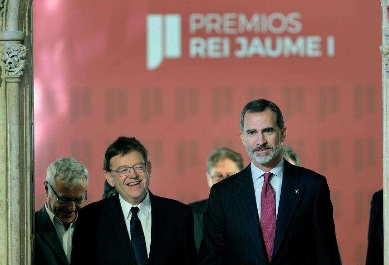 El Rey Felipe VI acompañado del presidente de la Generalitat, Ximo Puig (i) a su llegada a la Lonja de Valencia donde preside el acto de entrega de la trigésima edición de los Premios Jaime I dotados con 1000.000 euros en cada especialidad. EFE