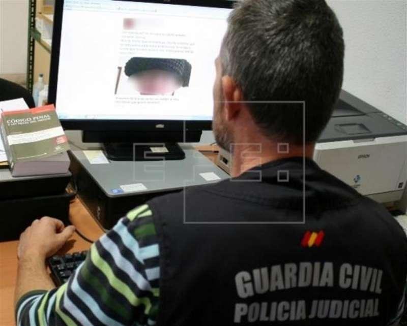 Un agente examina los mensajes difundidos en redes sociales. EFE/Guardia Civil