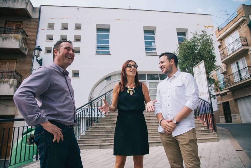 Vicepresidenta primera de la Diputació de València, alcalde de Xiva i regidor en una recent visita al municipi.