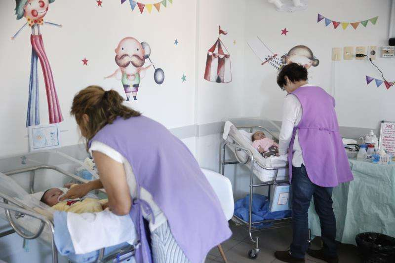 Bebés con sus cuidadoras en un hospital. EFE/Archivo