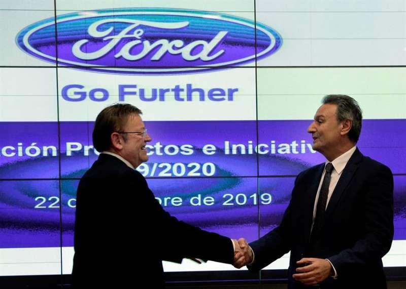 Ximo Puig saluda al presidente de Ford España, Jesús Alonso. EFE/Manuel Bruque