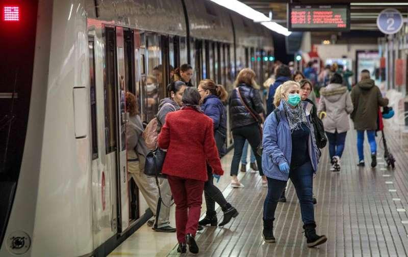 Usuarios del metro de València en los primeros días de estado de alarma decretado por la pandemia de coronavirus. EFE