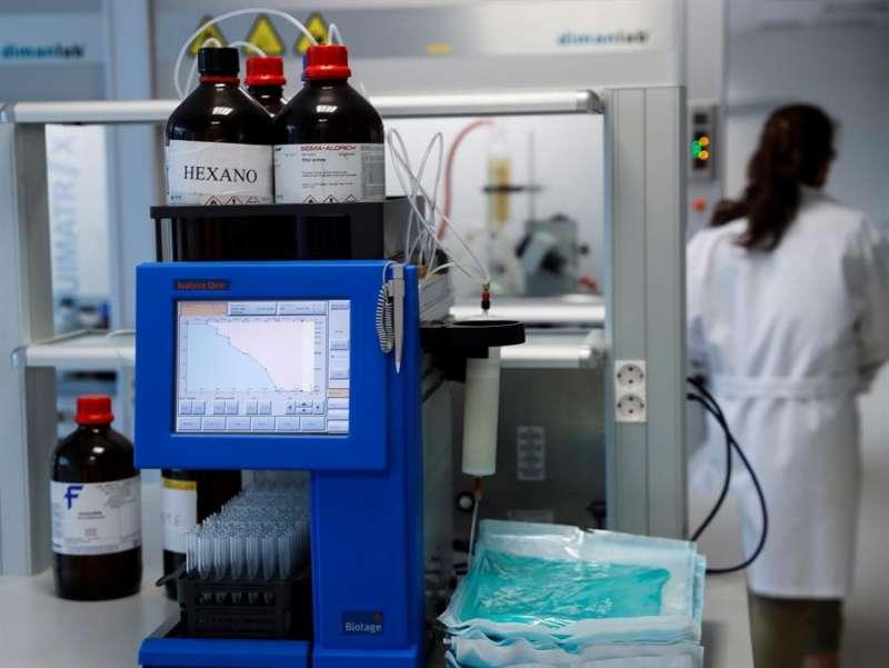 Vista de un laboratorio que investiga fármacos contra el Alzheimer, uno de los frentes contra esta enfermedad. EFE/Archivo