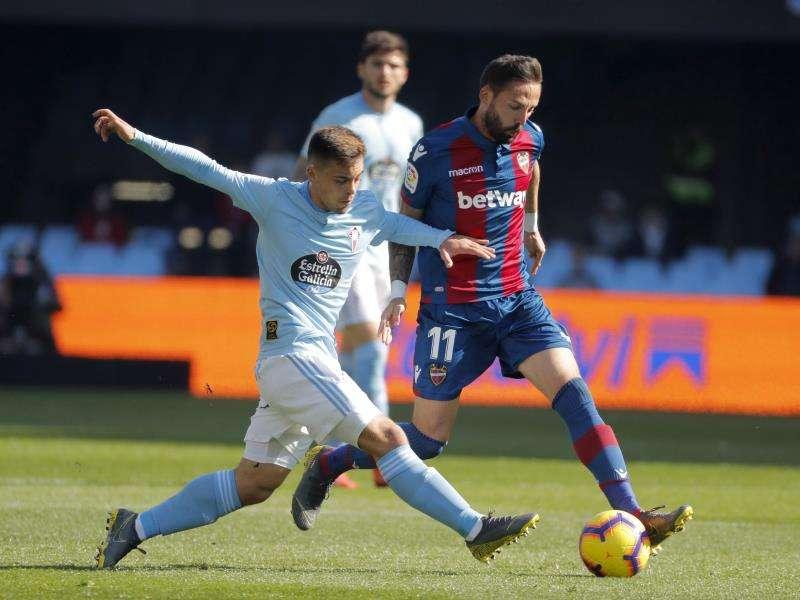 El delantero del Levante, José Luis Morales (d), se lleva la pelota ante el centrocampista del Celta de Vigo, Francisco Beltrán (i). EFE