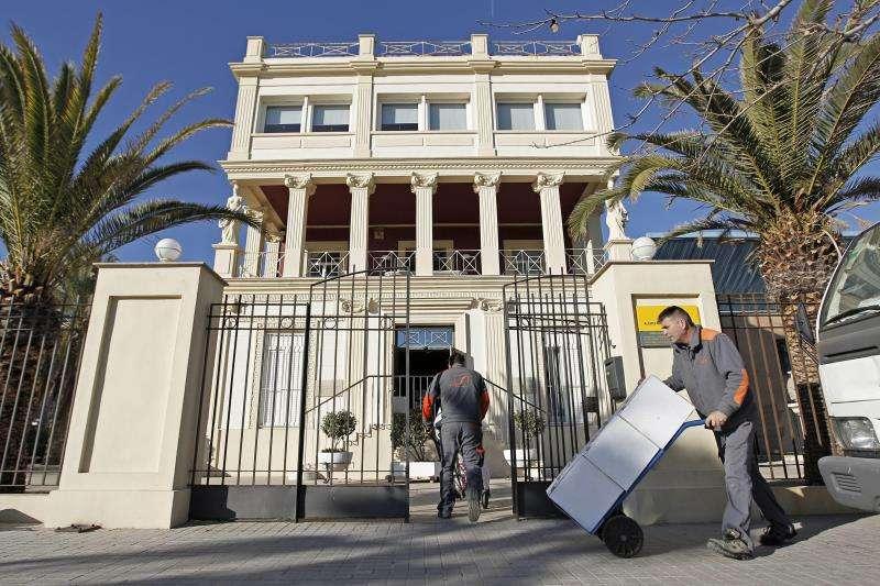 Dos operarios durante el traslado hace unos años de parte del legado de Vicente Blasco Ibáñez a la Casa-Museo del escritor en la playa de la Malvarrosa en València. EFE/Archivo