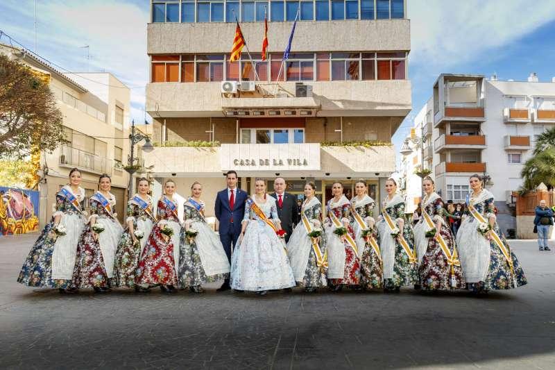 La Fallera Mayor de València, Consuelo Llobell, y su corte de honor en Mislata. EPDA