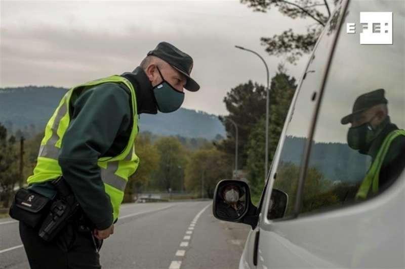 Un agente de la Guardia Civil lleva a cabo un control de tráfico. Archivo/ EFE