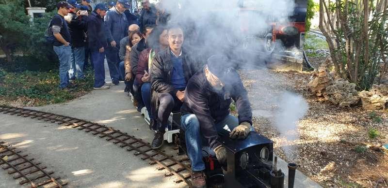 Los visitantes pudieron pasearse a lomos de las máquinas de vapor. / EPDA