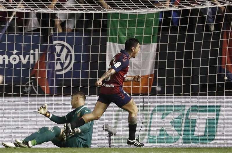 El delantero argentino de Osasuna Chimy Ávila (d) celebra tras marcar el segundo gol ante el Villarreal, durante el partido de Liga en Primera División disputado en el estadio de El Sadar, en Pamplona. EFE/Jesús Diges