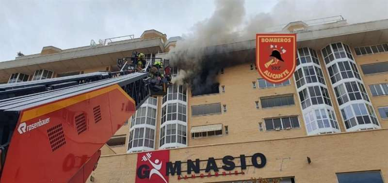 Momento de la intervención de los Bomberos de Alicante, en una imagen facilitada por este cuerpo de seguridad.